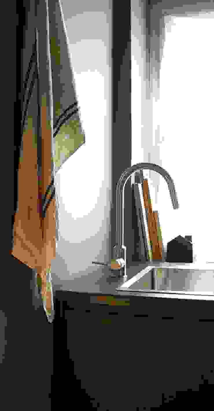 Minimalistische Küchen von casa&stile interior design e ristrutturazioni Minimalistisch Marmor