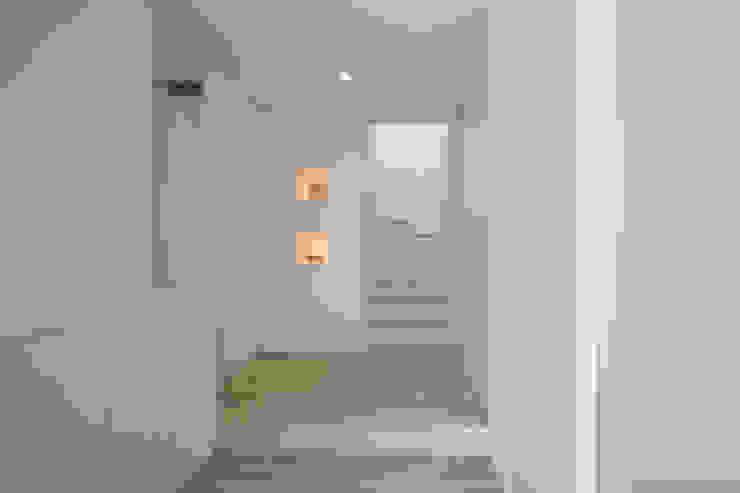 Modern corridor, hallway & stairs by ㈱ライフ建築設計事務所 Modern