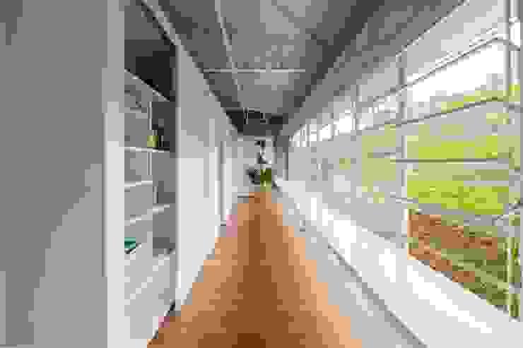 Studio + Arquitetura e Urbanismo Minimalist houses Concrete White