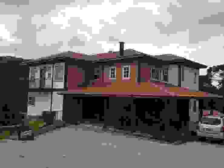 Studio + Arquitetura e Urbanismo Colonial style houses Wood Wood effect