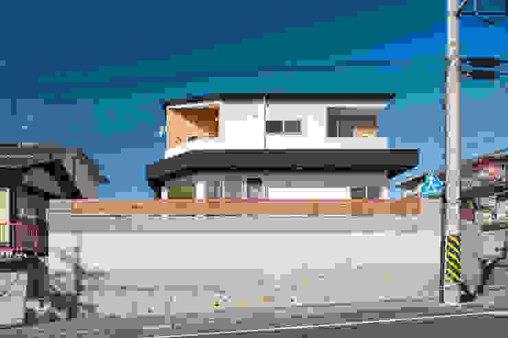 街路からの全景 モダンな 家 の 株式会社seki.design モダン