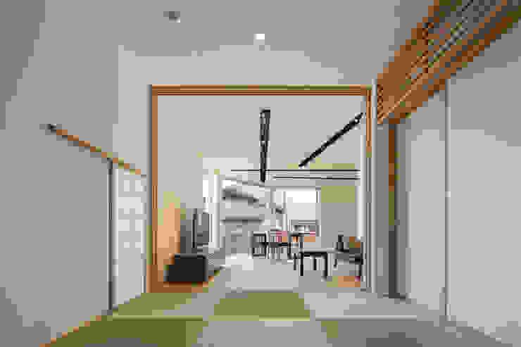 土間からリビングダイニングを見通す モダンデザインの リビング の 株式会社seki.design モダン