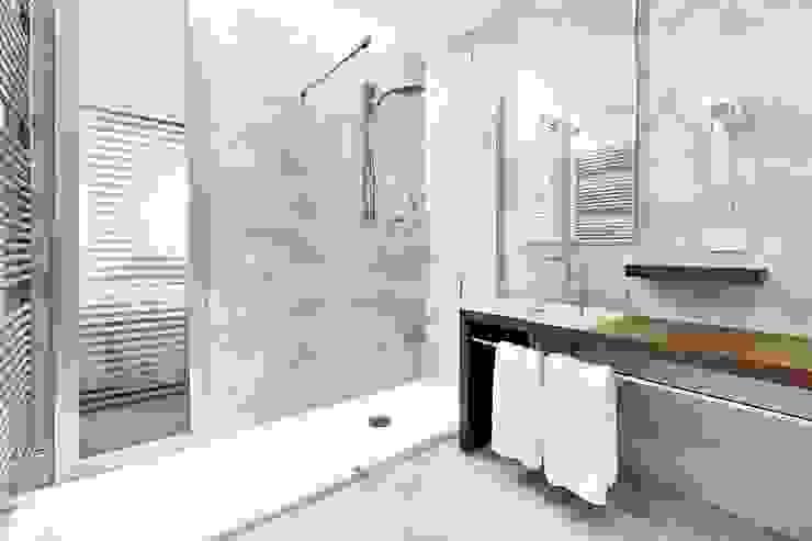 Ristrutturazione Casa Roma Baños de estilo moderno