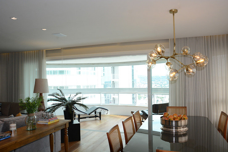 Classic style dining room by Carolina Burin & Arquitetos Associados Classic Wood Wood effect