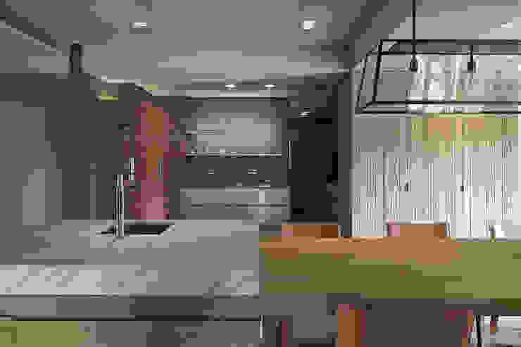 In / Out 現代廚房設計點子、靈感&圖片 根據 沈志忠聯合設計 現代風