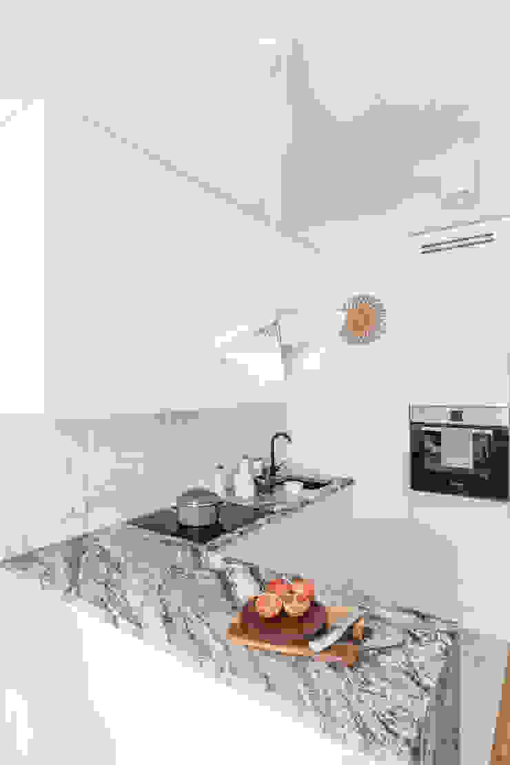 Cocinas de estilo moderno de Decoroom Moderno Granito