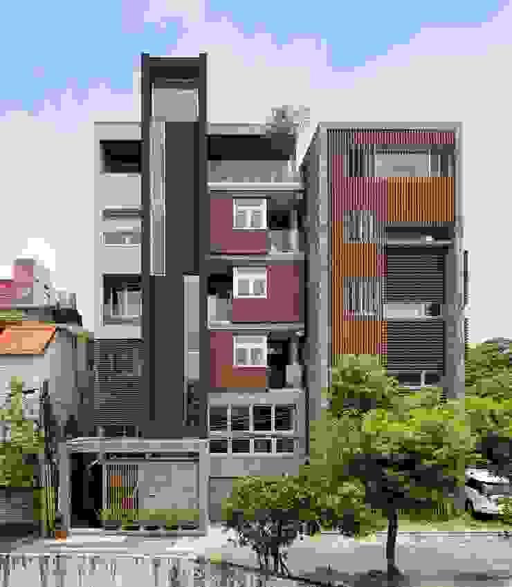 與鄰房協調 現代房屋設計點子、靈感 & 圖片 根據 前置建築 Preposition Architecture 現代風