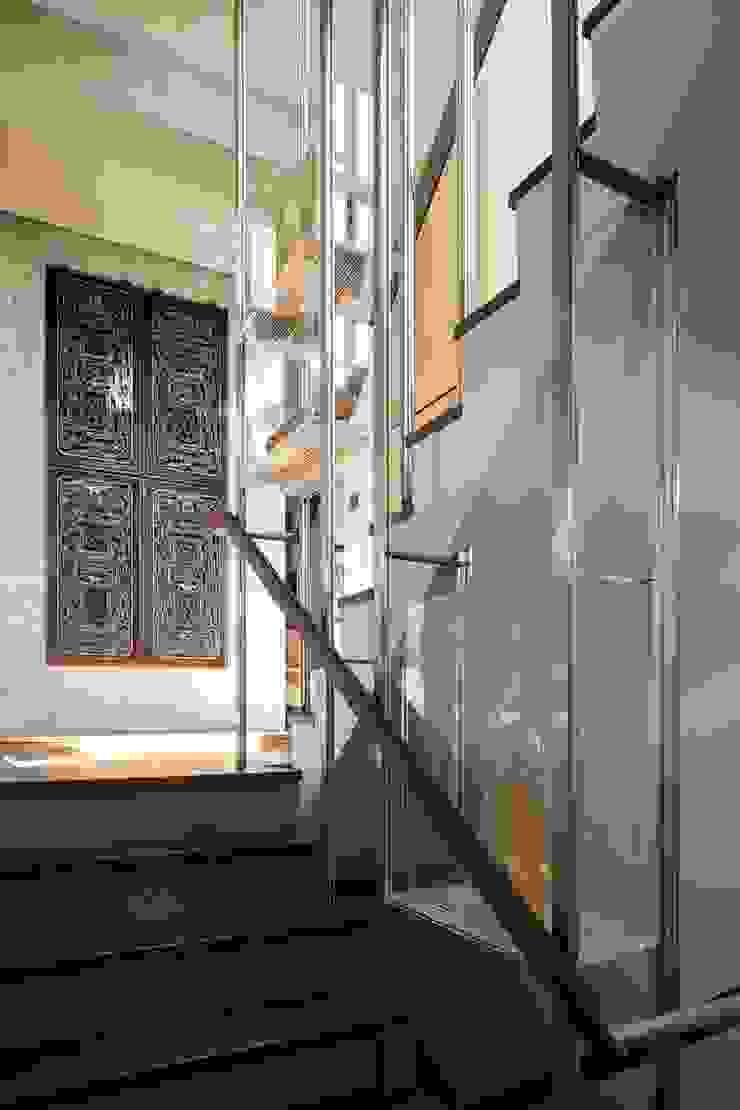 進門抬頭 現代風玄關、走廊與階梯 根據 前置建築 Preposition Architecture 現代風