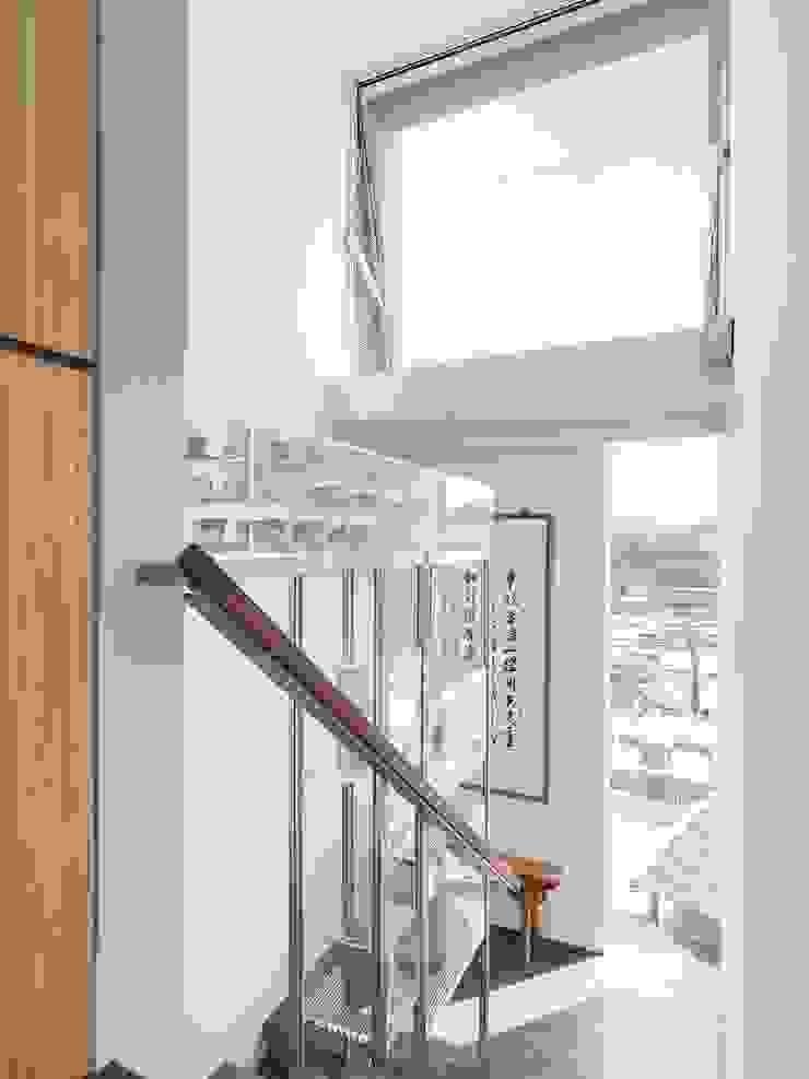 梯間的天空 現代風玄關、走廊與階梯 根據 前置建築 Preposition Architecture 現代風
