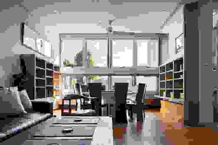 客餐廳窗外 现代客厅設計點子、靈感 & 圖片 根據 前置建築 Preposition Architecture 現代風