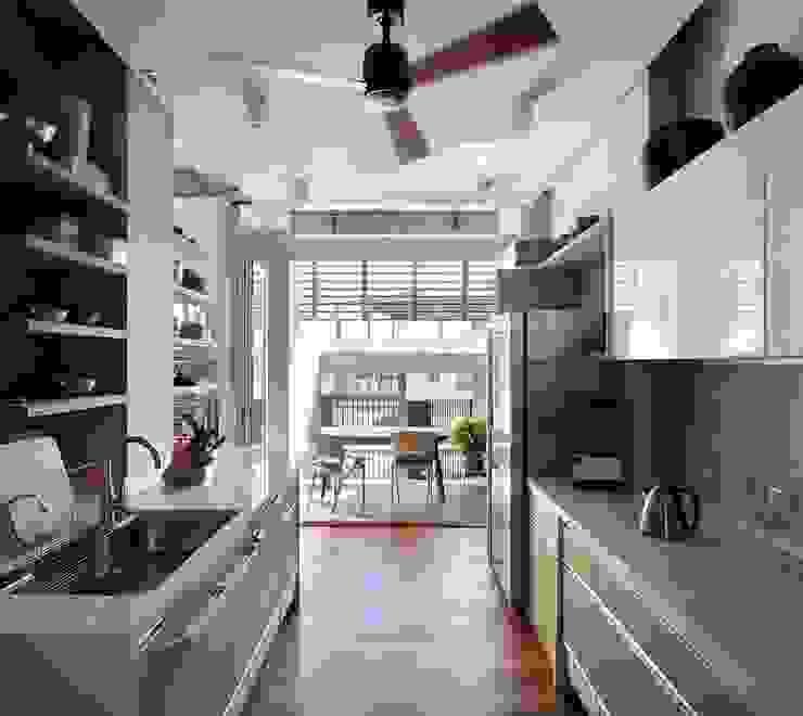 透 現代廚房設計點子、靈感&圖片 根據 前置建築 Preposition Architecture 現代風