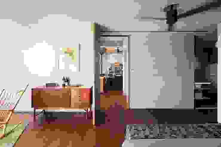 簡單的臥房 根據 前置建築 Preposition Architecture 現代風