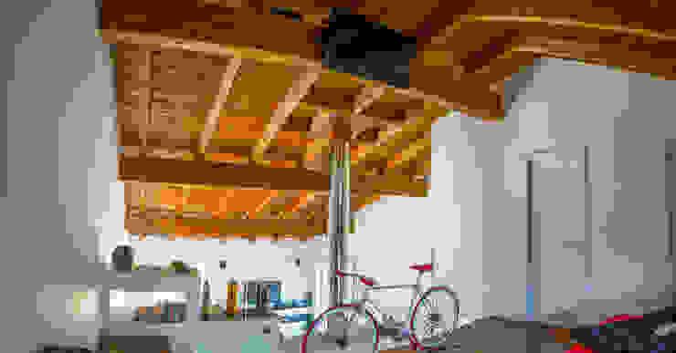 Salas de estilo  por Costantini Case in Legno,
