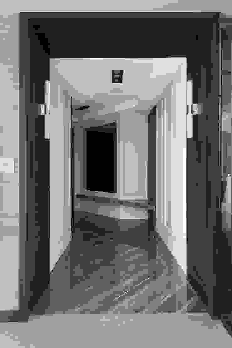 Modern corridor, hallway & stairs by 思為設計 SW Design Modern