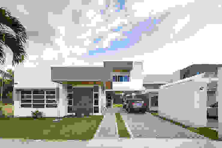 Fachada principal Casas estilo moderno: ideas, arquitectura e imágenes de J-M arquitectura Moderno Concreto