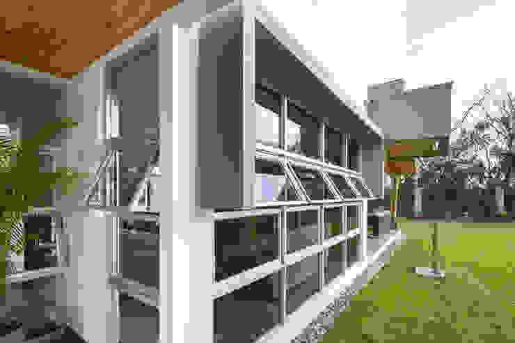 Detalle Fachada Lateral Casas estilo moderno: ideas, arquitectura e imágenes de J-M arquitectura Moderno Vidrio