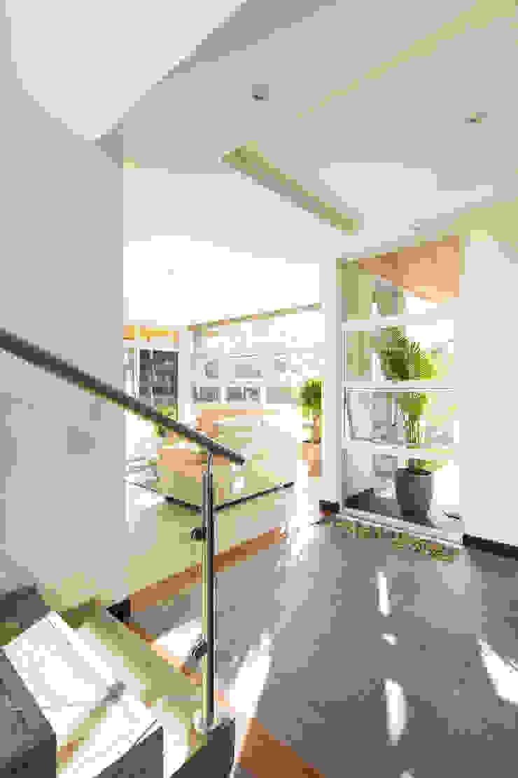 Vestíbulo Pasillos, vestíbulos y escaleras modernos de J-M arquitectura Moderno Concreto