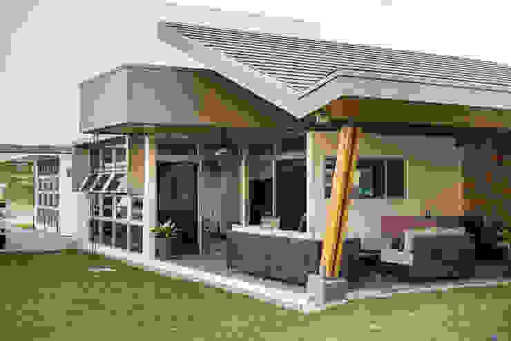 Detalle Fachada Posterior Casas estilo moderno: ideas, arquitectura e imágenes de J-M arquitectura Moderno