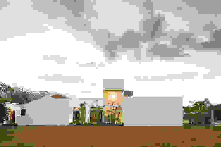 Fachada Lateral Casas estilo moderno: ideas, arquitectura e imágenes de J-M arquitectura Moderno Concreto