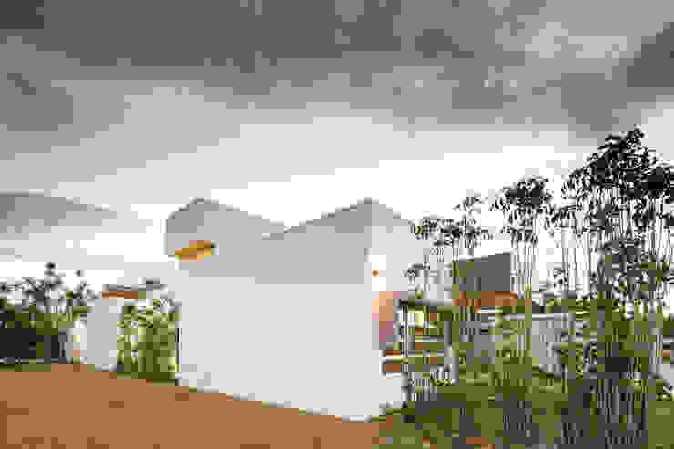 Detalle Fachada Lateral Casas estilo moderno: ideas, arquitectura e imágenes de J-M arquitectura Moderno Concreto