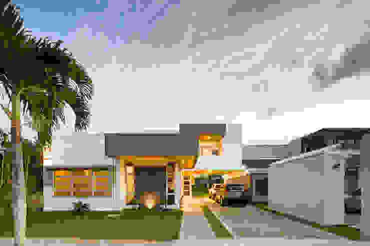 Fachada Principal Casas estilo moderno: ideas, arquitectura e imágenes de J-M arquitectura Moderno