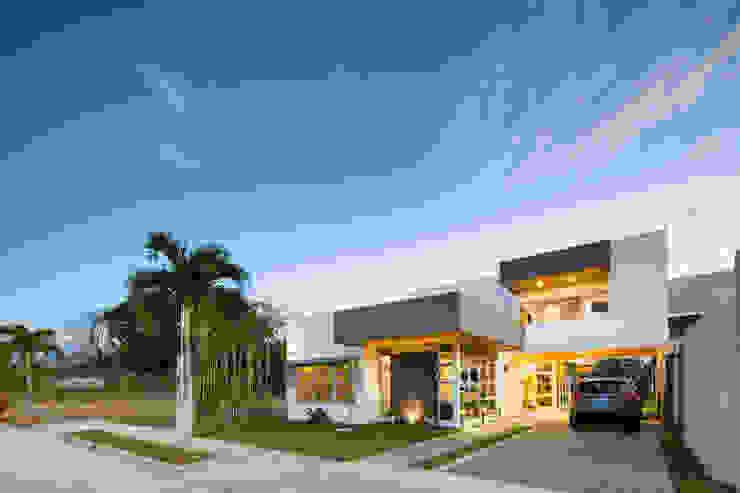 Detalle Fachada Principal Casas estilo moderno: ideas, arquitectura e imágenes de J-M arquitectura Moderno