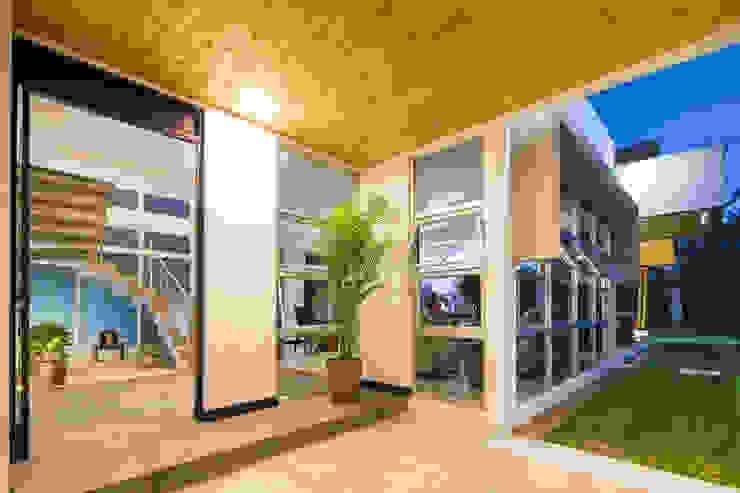 Detalle del acceso Casas estilo moderno: ideas, arquitectura e imágenes de J-M arquitectura Moderno