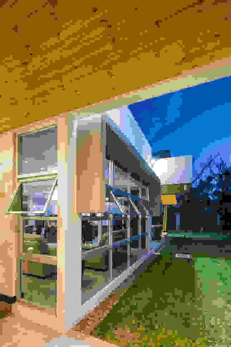 Detalle Fachada Lateral Casas estilo moderno: ideas, arquitectura e imágenes de J-M arquitectura Moderno