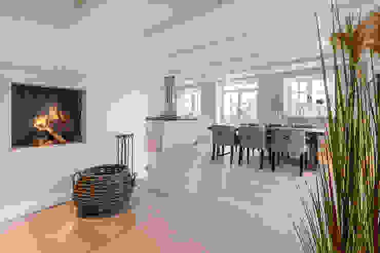 现代客厅設計點子、靈感 & 圖片 根據 Home Staging Sylt GmbH 現代風
