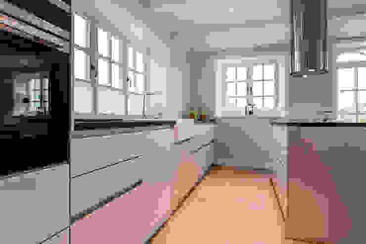 現代廚房設計點子、靈感&圖片 根據 Home Staging Sylt GmbH 現代風