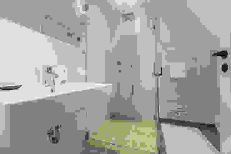 現代浴室設計點子、靈感&圖片 根據 Home Staging Sylt GmbH 現代風