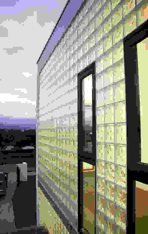 大面的採光迎接晨光 現代房屋設計點子、靈感 & 圖片 根據 賴人碩建築師事務所 現代風 玻璃
