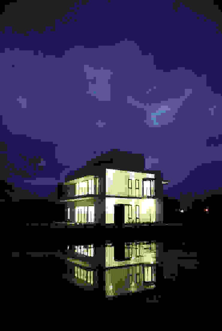 夜晚農間的光盒 現代房屋設計點子、靈感 & 圖片 根據 賴人碩建築師事務所 現代風 玻璃