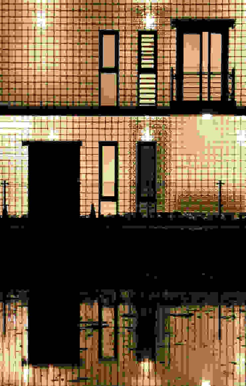 讓光線及微風流進房子內 現代房屋設計點子、靈感 & 圖片 根據 賴人碩建築師事務所 現代風 玻璃