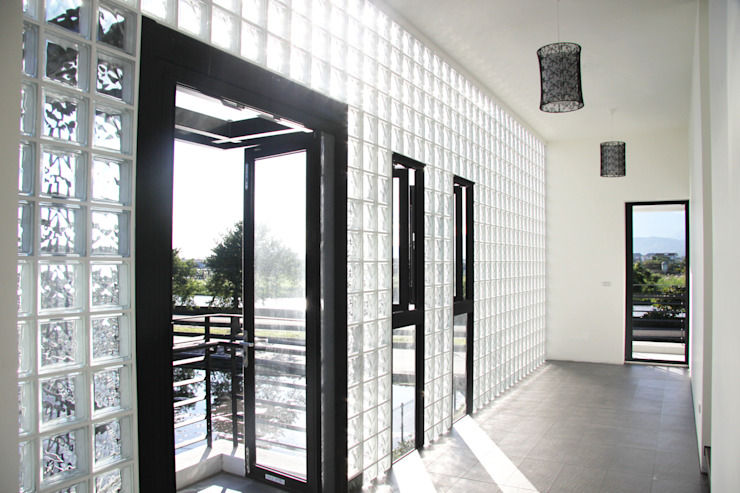 戶外風景的走廊 現代風玄關、走廊與階梯 根據 賴人碩建築師事務所 現代風 玻璃