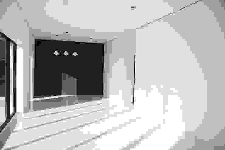 沒有柱樑的板牆空間 现代客厅設計點子、靈感 & 圖片 根據 賴人碩建築師事務所 現代風 水泥