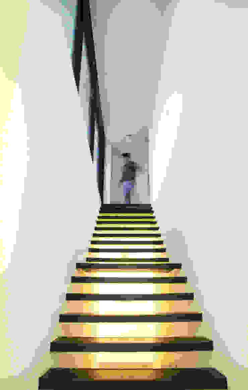 輕盈穿透的階梯 現代風玄關、走廊與階梯 根據 賴人碩建築師事務所 現代風 鐵/鋼