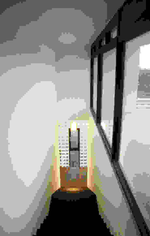 通風採光 現代風玄關、走廊與階梯 根據 賴人碩建築師事務所 現代風 玻璃