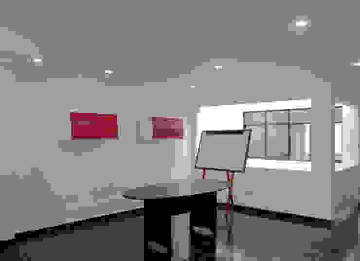 OFICINAS DE LA FUNDACION CATALINA MUNOZ de Elementum Arquitectos SAS Moderno