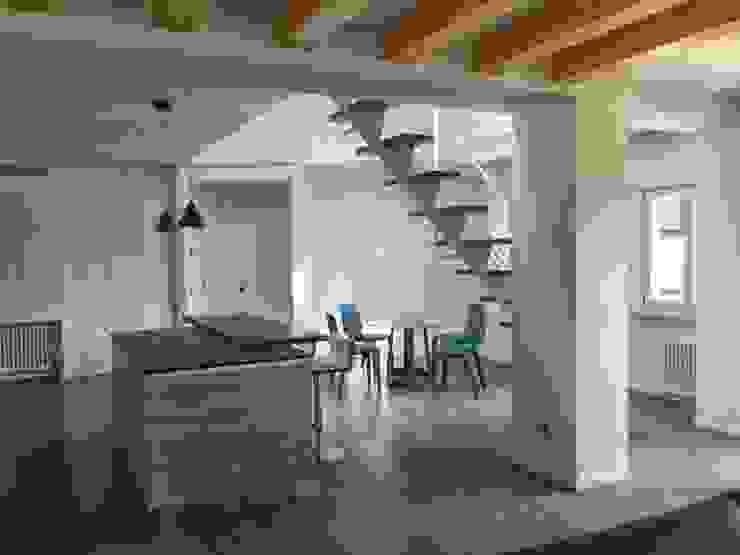Ristrutturazione appartamento mansardato Sala da pranzo moderna di Blulinea Moderno