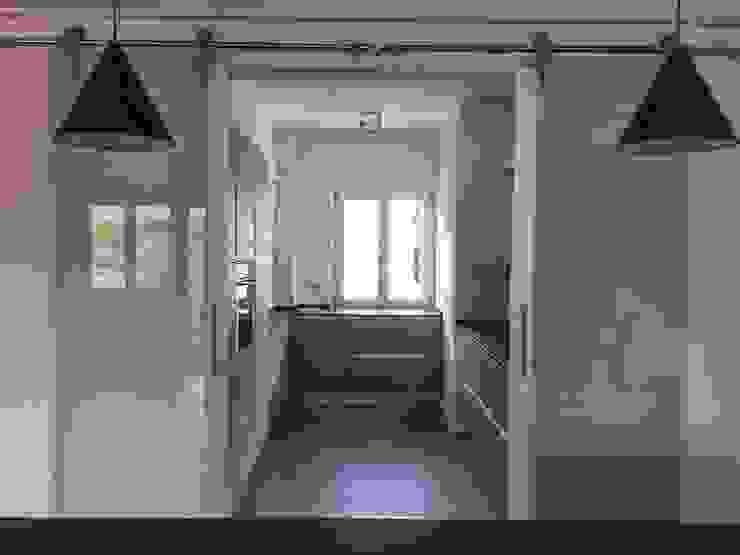 Ristrutturazione appartamento mansardato Cucina moderna di Blulinea Moderno