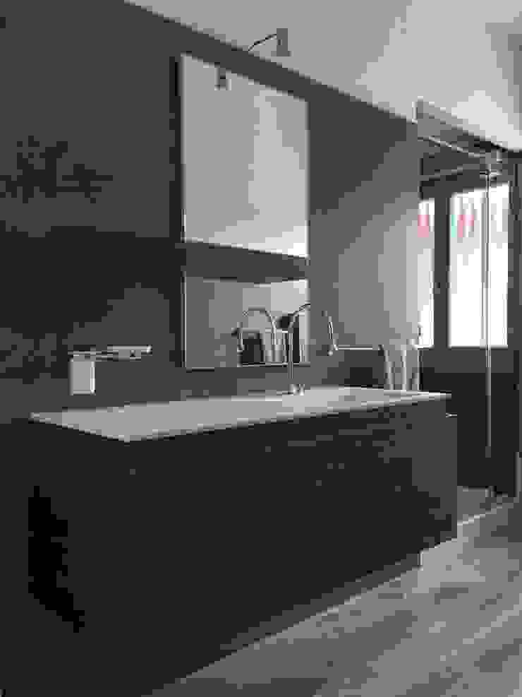 Ristrutturazione appartamento mansardato Bagno moderno di Blulinea Moderno