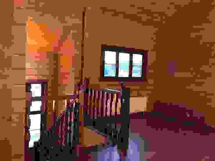 Техно-сруб Classic style corridor, hallway and stairs Wood