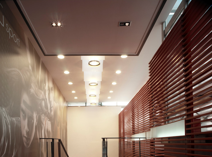 Modern Corridor, Hallway and Staircase by 鼎爵室內裝修設計工程有限公司 Modern Iron/Steel