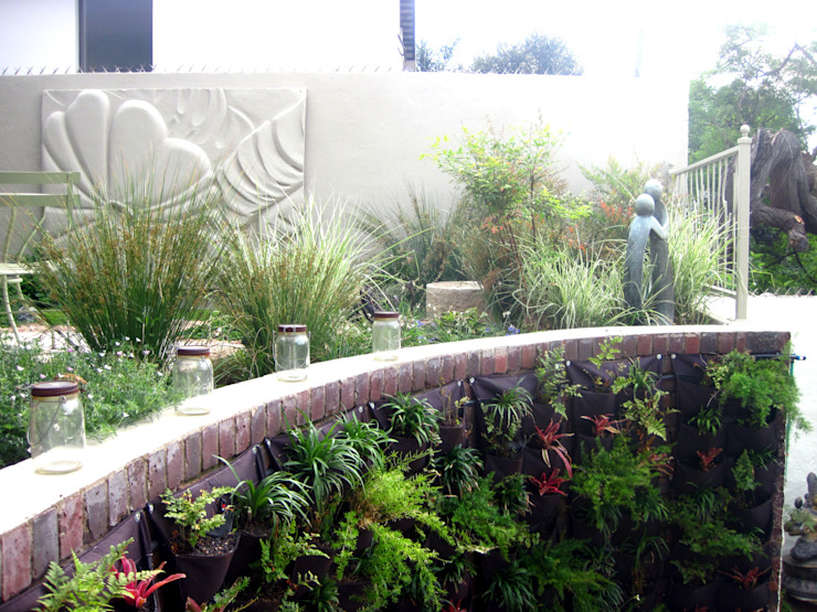 Working with Small Gardens Modern Garden by Young Landscape Design Studio Modern