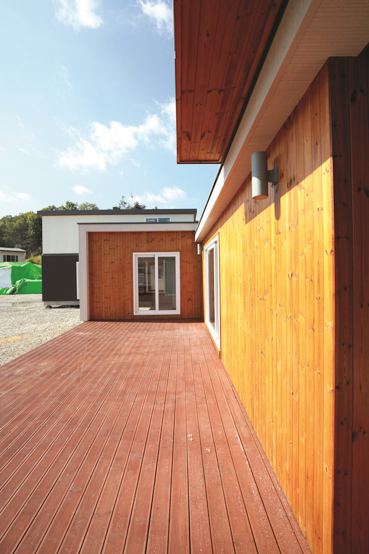Balcones y terrazas de estilo moderno de 스마트하우스 Moderno Madera Acabado en madera