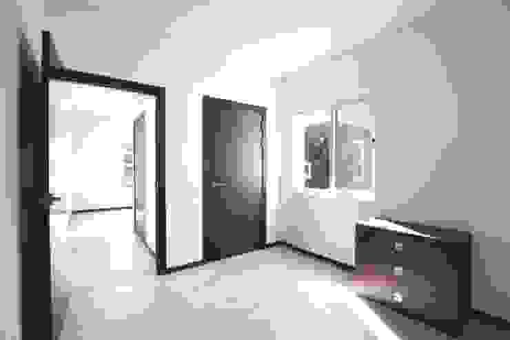 Dormitorios de estilo moderno de 스마트하우스 Moderno
