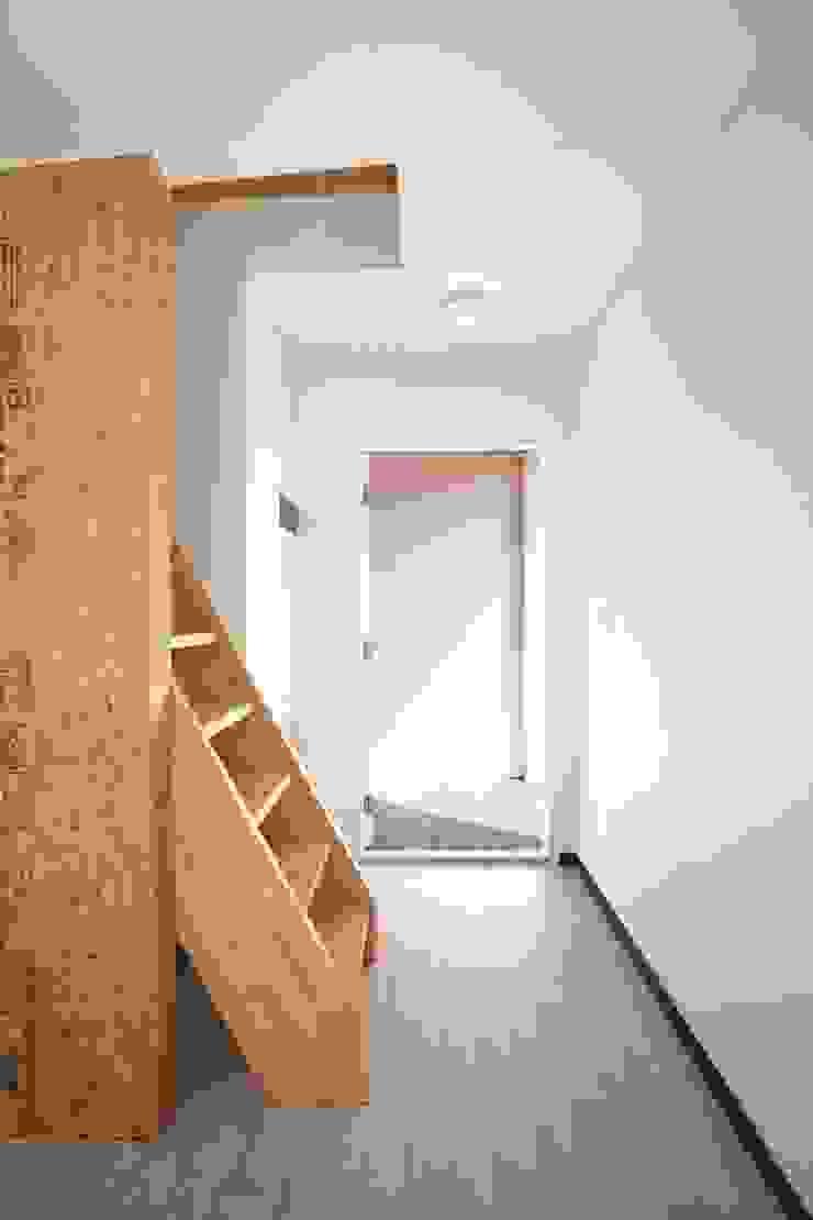 Dormitorios infantiles de estilo moderno de 스마트하우스 Moderno