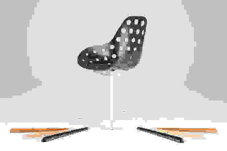 Slice chair met verwisselbare inserts + Dimple zwart: modern  door Studio Sander Mulder, Modern