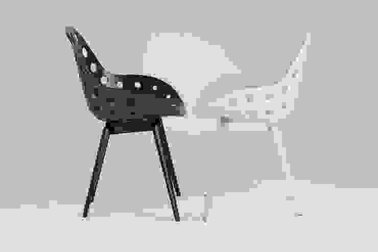 Slice chair met Dimple schaal in zwart en wit: modern  door Studio Sander Mulder, Modern
